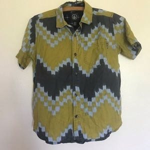 ✨3 for 20✨ Volcom patterned button down shirt